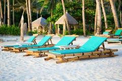 Deckchairs на совершенном белом пляже песка Стоковые Фотографии RF