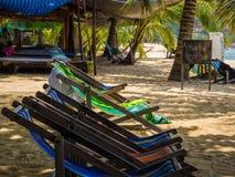 Deckchairs на тропическом пляже Стоковая Фотография RF
