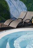 2 deckchairs около бассейна с trompe-l'oil Стоковое Изображение
