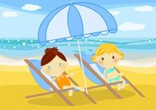 deckchairs女孩供以座位的少许海边 免版税库存照片