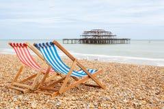 在布赖顿海滩的Deckchairs。布赖顿,英国 图库摄影