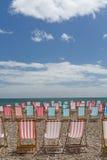 在海滩的空的deckchairs 库存图片