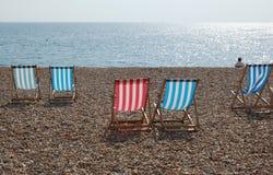 Deckchairs auf dem Brighton-Strand Stockfoto