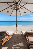 Deckchairs auf dem Strand Stockbild
