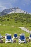 Deckchairs con Alpspitze Fotografia Stock