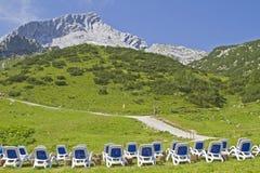 Deckchairs con Alpspitze Fotografie Stock Libere da Diritti