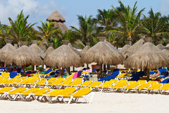 Deckchairs con i parasoli al mare caraibico Fotografie Stock