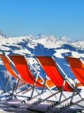 Deckchairs de station de sports d'hiver Image libre de droits
