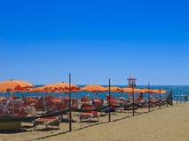 Deckchairs degli ombrelli di spiaggia immagini stock libere da diritti