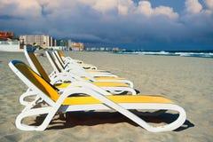 Deckchairs in der La manga Küste Stockbilder