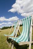 Deckchairs em um gramado verde Foto de Stock Royalty Free