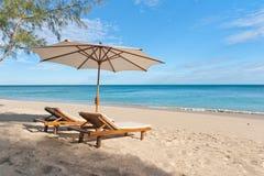 Deckchairs en la playa Fotos de archivo