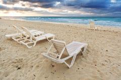 Deckchairs en la playa Fotos de archivo libres de regalías
