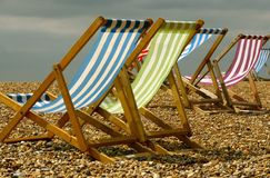 Deckchairs en la playa de Brighton Foto de archivo libre de regalías