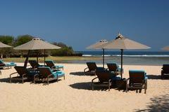 Deckchairs en paraplu's op het strand Nusa Dua bali indonesië stock afbeelding