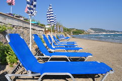 Deckchairs en sunshades stock afbeeldingen