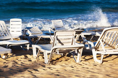 Deckchairs en una playa Fotografía de archivo libre de regalías