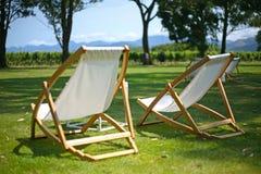 Deckchairs för att koppla av i sommarsolen Royaltyfri Foto