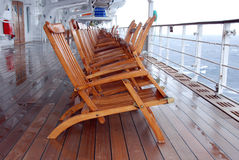 Deckchairs lluviosos en Queen Mary 2 Foto de archivo libre de regalías