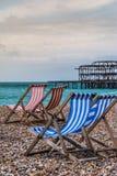 Deckchairs mit Westpier Lizenzfreie Stockfotos