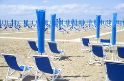 Deckchairs na praia Imagens de Stock