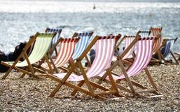Deckchairs na praia de Brigghton Fotos de Stock Royalty Free