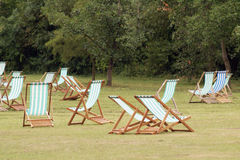 Deckchairs no parque Imagens de Stock Royalty Free