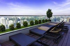 Deckchairs op dak van scyscraper in Kuala Lumpur royalty-vrije stock afbeelding