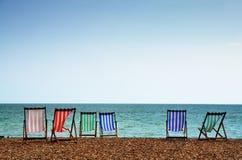 Deckchairs på Brighton Beach Arkivbilder