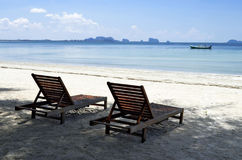 Deckchairs przy Haad Sivalai plażą na Mook wyspie Zdjęcie Royalty Free