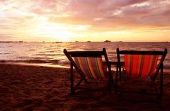 Deckchairs am Sonnenuntergang Stockbild