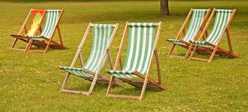 Deckchairs in St James Park, Londen Stock Foto's