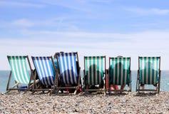 Deckchairs sulla spiaggia di Worthing Immagini Stock
