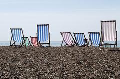 Deckchairs sur la plage de bardeau. LE R-U Photo stock