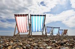 Deckchairs sur la plage de Brighton photos stock