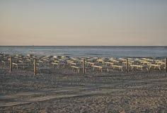 Deckchairs und Regenschirme auf der adriatischen Küste Lizenzfreie Stockfotos
