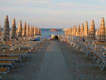 Deckchairs vacío y parasoles en la playa Foto de archivo libre de regalías