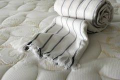 Decke auf Bett Stockfotos