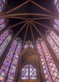 Decke des Sainte Chapelle bekannt für seine schönen Fenster von mehrfarbigen Glasszenen lizenzfreie stockfotografie