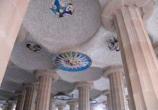 Decke eines bestimmten Gebäudes im Park Guell entwarf durch Gaudi in Barcelona, Spanien Stockbilder