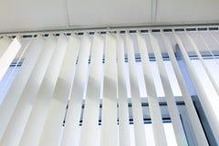 Decke, Fenster und Jalousie Stockbild