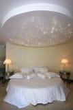 Decke mögen einen Sternhimmel über doppeltem Bett Stockfotos