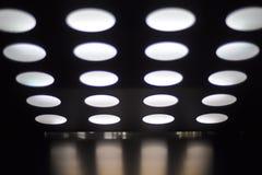 Decke mit Scheinwerfern lizenzfreie stockfotografie