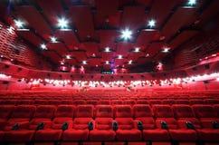 Decke und Reihen der Stühle im Kino Lizenzfreies Stockfoto
