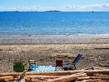 Decke und Stühle am Strand Lizenzfreie Stockbilder