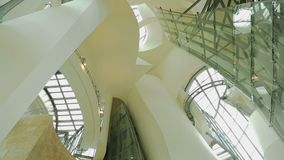 Decke und Wände des Museums der modernen Kunst, Touristen, die Ausstellung, Reise ansehen stock video