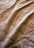 Decke zerknittert auf dem Bett stockbilder