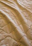 Decke zerknittert auf dem Bett stockfoto