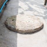 Deckel der runden Zementklärgrube Stockfotografie