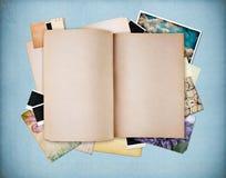 Decken Sie altes strukturiertes Notizbuch auf blauem Weinlesepapier ab Lizenzfreie Stockfotos